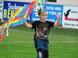 Drakiáda na fotbalovém hřišti v Čáslavi.