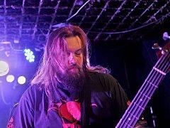 Trash metalová kapela naplnila klub.