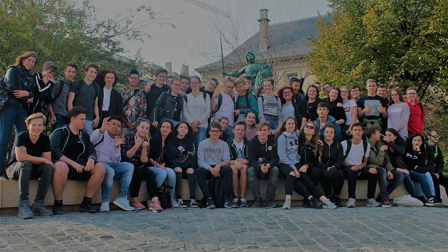 Skupina kutnohorských studentů na zájezdu ve Francii.