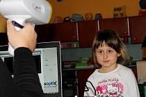 Vyšetření zraku pomůže určit vadu zraku již v předškolním věku. Měření absolvovaly včera děti v MŠ Dačický Kutná Hora.