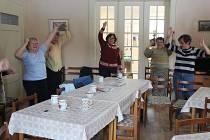 Cvičení důchodců v Koukolově vile