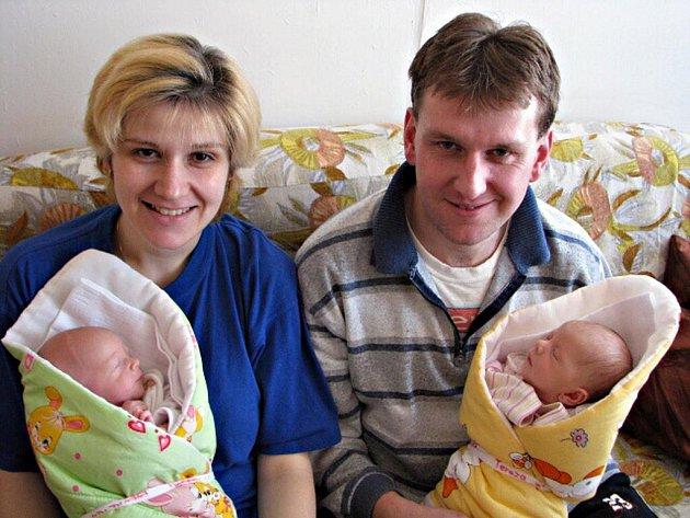 Terezka a Mareček Krupičkovi se narodili 27. února v Kolíně. Terezka vážila 2 470 gramů a měřila 48 centimetrů. Mareček vážil 2 190 gramů a měřil 47 centimetrů. Doma v Kutné Hoře je přivítali rodiče Šárka a Jiří.