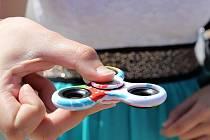 S Fidget spinnerem si na Kutnohorsku hrají děti i dospělí.