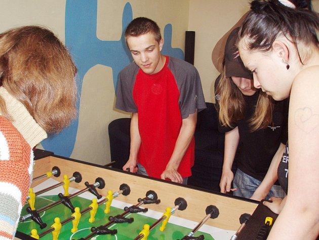 Návštěvníci nízkoprahového klubu Kotelna ve Zruči nad Sázavou si rádi zahrají stolní fotbal.