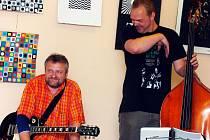 Krásné nové stroje uvedly na trh nové album kutnohorském Knihkupectví Kosmas.