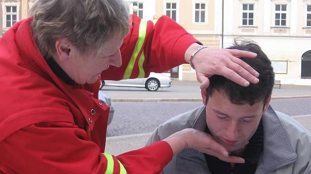 Děti i dospělí si na Palackého náměstí v Kutné Hoře vyzkoušeli, jestli by v případě potřeby uměli člověku poskytnout účinnou první pomoc.