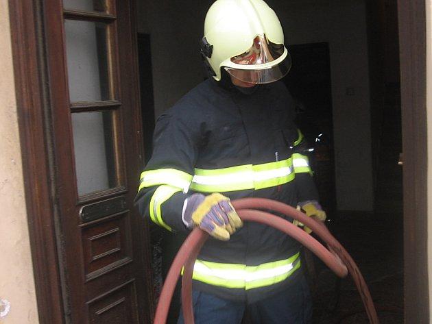 Z požáru sklepa bytového domu na Václavském náměstí v Kutné Hoře.