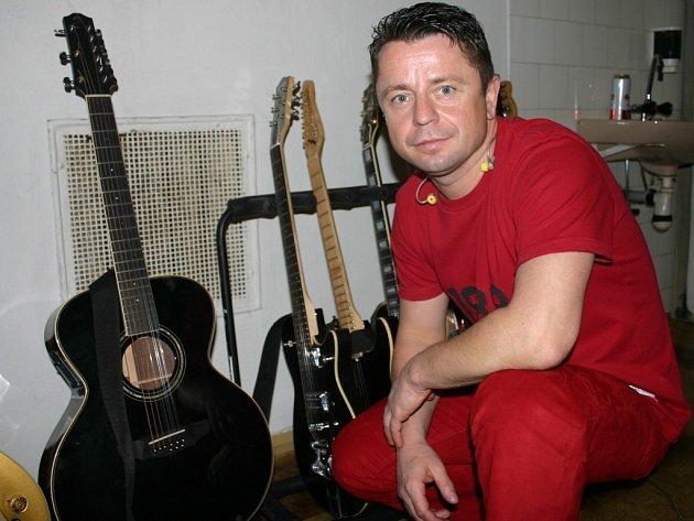 Před dvěma lety si zpěvák přivezl do kutnohorského divadla i svoji osobní sbírku kytar.