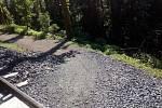 Nebezpečné místo na Královské cestě v Kutné Hoře, v jehož blízkosti byly vykáceny kůrovcem napadené stromy.
