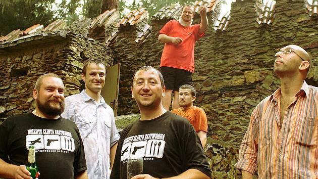Členové Divadla Neškvor (zleva): Jaroslav Duchan, Jindřich Pustka, Václav Veselý, Pavel Jecelín, Ondřej Hampl a Jan Mervart.