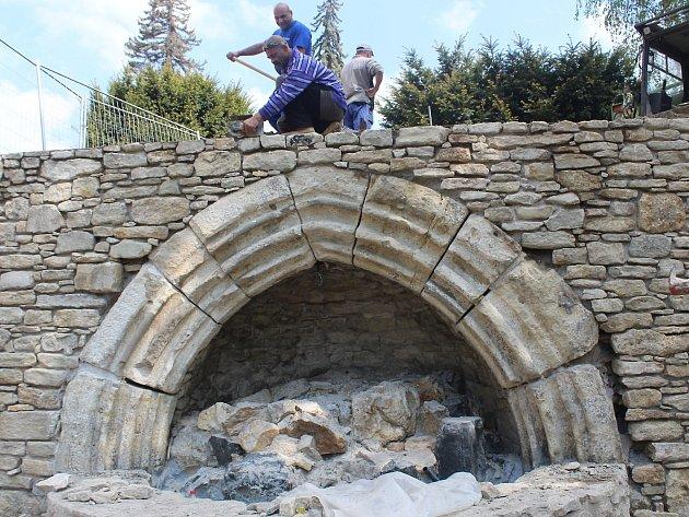 Oprava fontány v Pacákových sadech