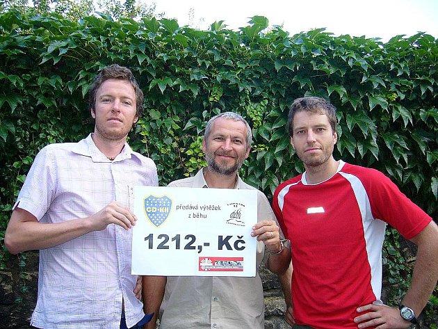 Zleva: Jan Ďoubal, Robert Otruba a Michal Vavák při předání daru.