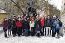 Jakožto milovníci umění, jsme se vydali na exkurzi do Národní galerie v Praze, a s téměř profesionálními průvodci jsme si osvěžili historii tohoto města. Tato fotografie je u pamětní sochy Franze Kafky v Praze.