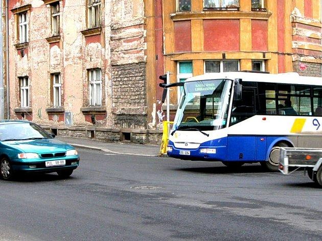 Protijedoucí vozidla způsobují autobusům a kamionům, odbočujícím z Masarykovy ulice do Štefánikovy, často až nepřekonatelné problémy. Zatáčku v takových případech nevytočí a musí couvat.