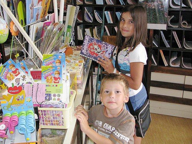 Frederika Kašparová nakupuje se svým sourozencem Honzíkem věci na tábor.