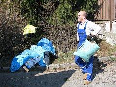 Až šedesátikilové pytle s odpadem vyžadují pořádně silné paže. Pracovníci technických služeb jich za den zvednou desítky.