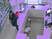 Policisté z Čáslavi hledají muže z kamerového záznamu.