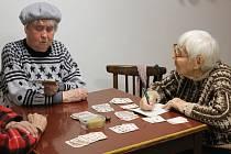 Senioři v klubu důchodců