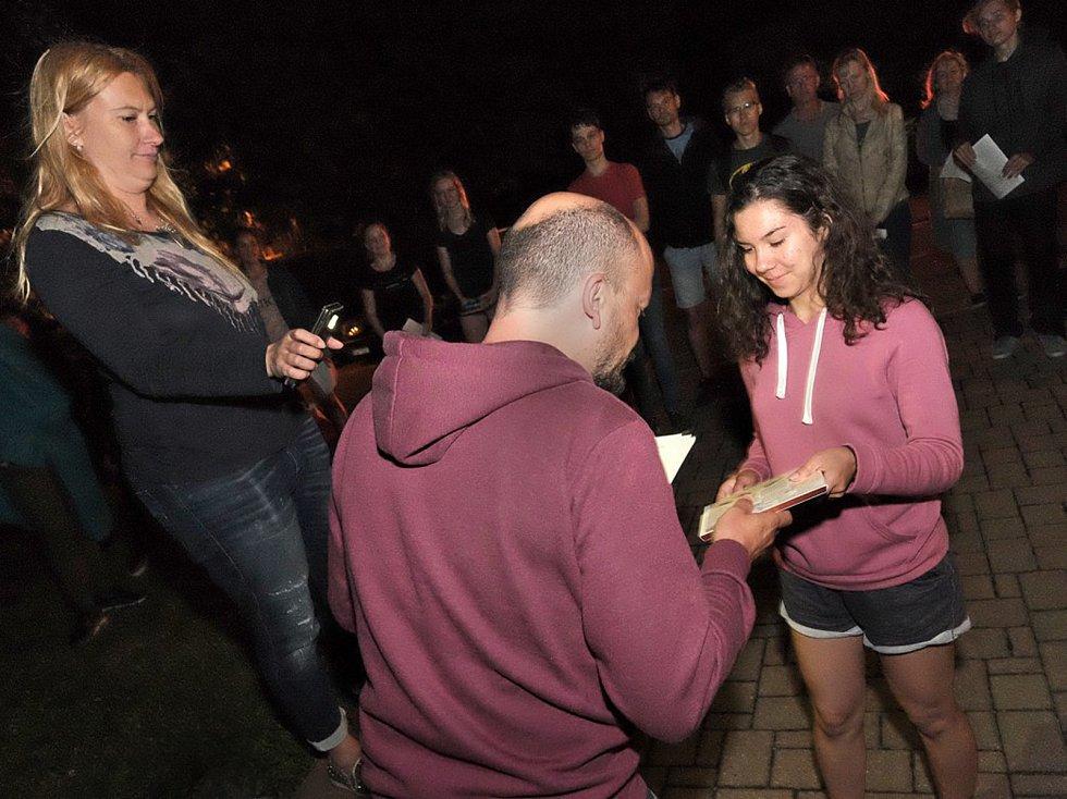 Netradiční předávání vysvědčení bylo k vidění v pátek 30. června po půlnoci před budovou Gymnázia Jiřího Ortena v Kutné Hoře.