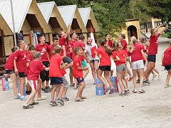 Děti se radují z vítězství v táborové olympiádě.