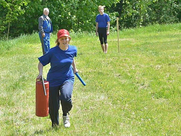 Na soutěži v požárním sportu v Roztěži uspěly Vidice