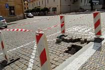 Propad části vozovky v místě autobusové zastávky na Václavském náměstí v Kutné Hoře.