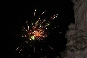 Novoroční ohňostroj ozářil nebe nad Kutnou Horou.