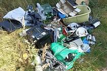 Odpad v lese mezi Rohozcem a Habrkovicemi přibližně 500 metrů za Rohozcem.