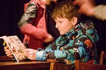 Mladí herci rozsvítili starý sklad.