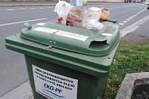 Popelnice na sběr opotřebovaných a potravinářských olejů a tuků v PVC obalech ve Vítězné ulici v Sedlci.