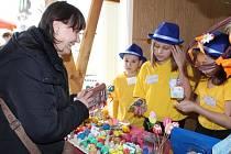 Žáci z Palachovky prodávali velikonoční ozdoby i tradiční mazance.