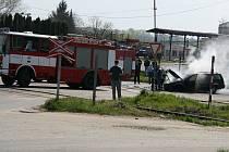 Zásah hasičů při požáru autovraku u čerpací stanice pohonných hmot v Čáslavi.