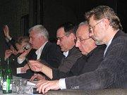 Jan Cafourek (vpravo) ze Svatého Mikuláše se rád setkává s politiky. Například v Praze debatoval se zastupitelem městské části Žižkov Matějem Stropnickým ze Strany zelených.