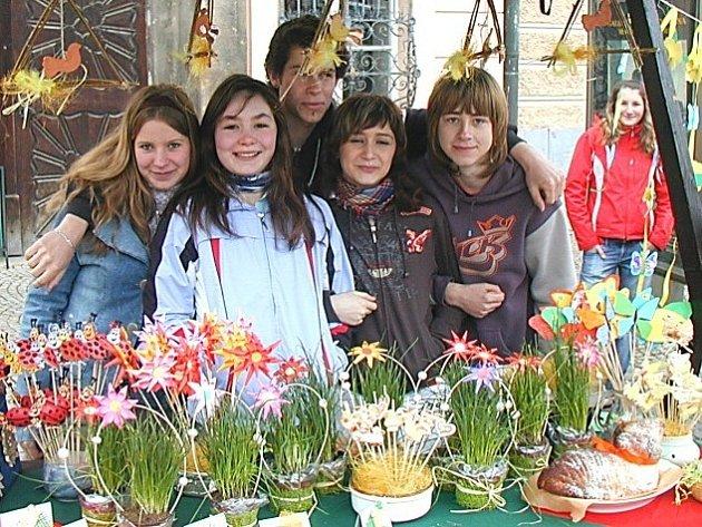 Žáci se na prezentaci svých výrobků těšili. Nejvíce prodávali ozdoby s pažitkami a kraslice.
