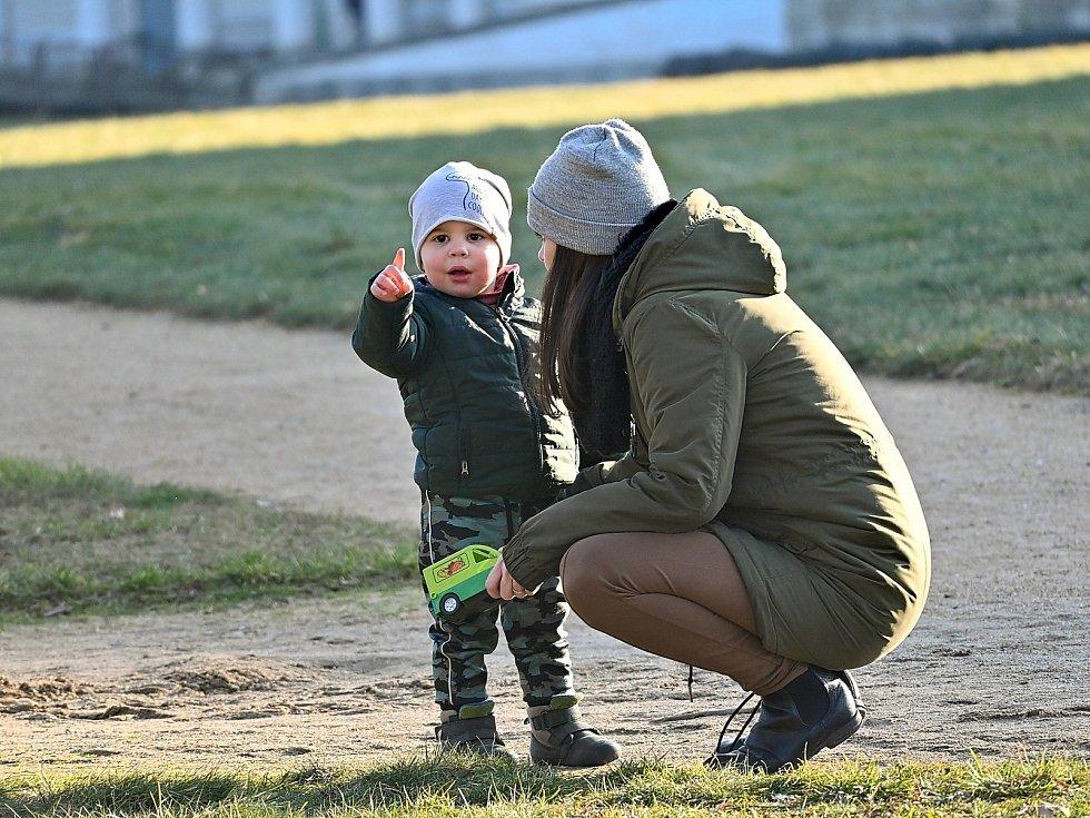 Trávení volného času v zámeckém parku na Kačině.