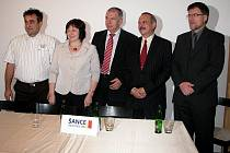 Lídr TOP 09 Jaroslav Suk (zleva), kandidátka do rady města Ivana Vopálková, kandidát na starostu Ivo Šanc a kandidáti na místostarosty Jiří Franc a Karel Koubský.
