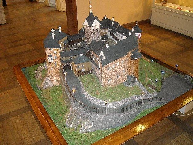 Papírový model hradu Loket, který vytvořili chovanci hornoslavkovské věznice.
