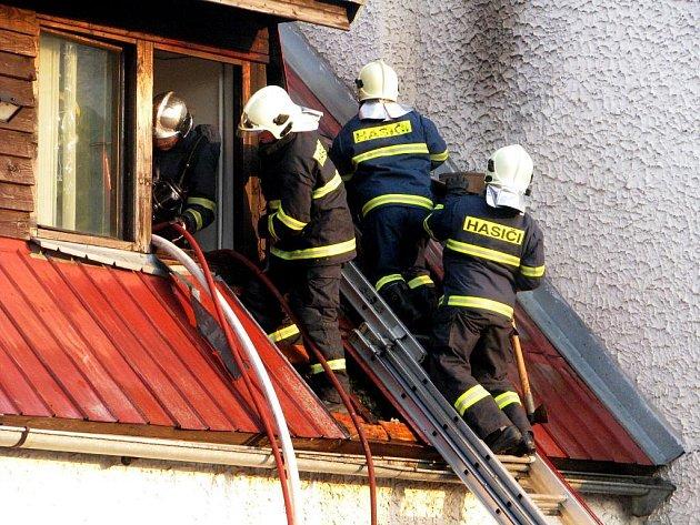 Hasiči likvidovali požár motorestu Skalka.