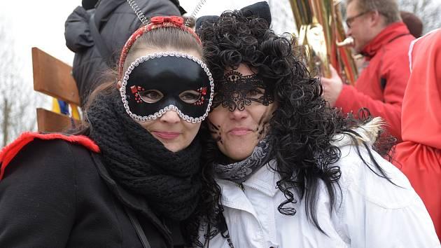 V Hněvkovicích bylo od sobotního rána zakázané se hněvat a přikázané se bavit. Procházel tudy totiž průvod masek.