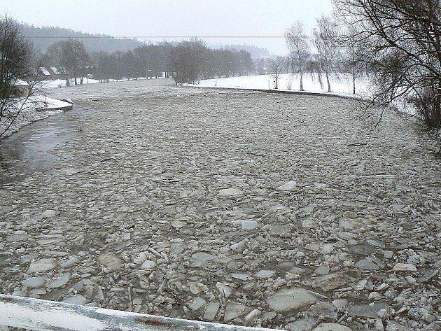 Řeka zahrozila.