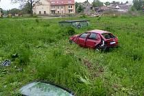 Auto udělala po nárazu v trávě kotrmelec.