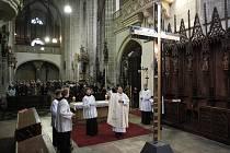 Kříž pro jakubskou věž dostal požehnání, přes den mění barvu