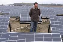 Podnikatel Vladimír Maroušek mezi solárními panely.