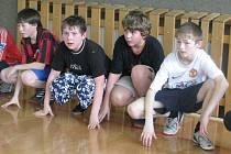 Hodina tělocviku na Základní škole Sadová v Čáslavi. Tělocvična se zde pyšní zbrusu novou podlahou.