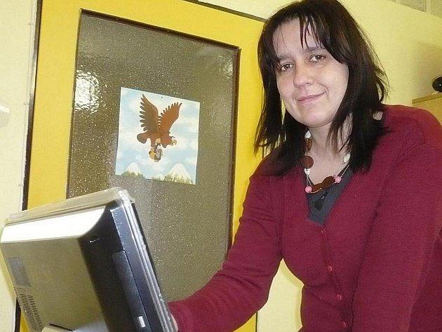 Vedoucí střediska Markéta Sieglová může s dětmi pracovat s didaktickými pomůckami i díky novému počítači s dotykovou obrazovkou.