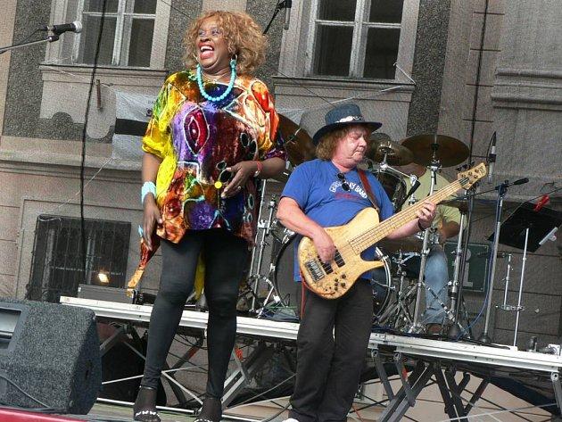 Energická zpěvačka Vera Love to rozjela na náměstí.