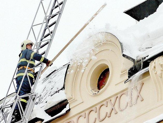Kutnohorští hasiči při pátečním shazování sněhu ze střechy ZŠ Kremnická