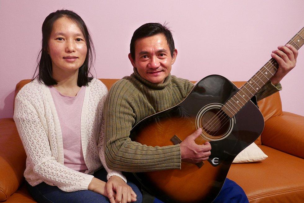 Rein San Shikhun (43) a jeho žena Nang Ram Tamdang (42) žijí vKutné Hoře osmým rokem. Oceňují prý nejvíc, že se tu cítí bezpečně a že tu jejich syn Latt San (17) může studovat.