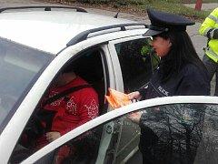 Policisté rozdávali reflexní vesty 20. prosince v Kutné Hoře