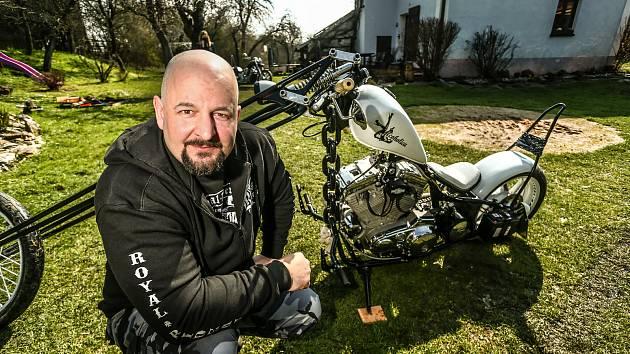 Alcoholica z dílny Michala Cetkovského má možná jednu z nejdelších předních vidlic u nás. Duní v ní motor Harley Davidson XL Sportster 1100ccm (z roku 1986) a s maximem ručně vyrobených dílů.